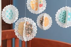 Project -- Make a Hanging Fabric Doily Mobile! Guest Project — Make a Hanging Fabric Doily Mobile!Guest Project — Make a Hanging Fabric Doily Mobile! Doilies Crafts, Paper Doilies, Paper Lace, Diy Fleur, Hanging Fabric, Diy Hanging, Diy Bebe, Paper Crafts, Diy Crafts