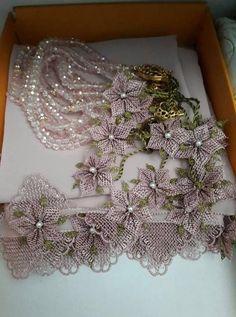 Başörtüsü Namaz Örtüsü Tesbih ve Havlu Kenarına 29 İğne Oyası Modeli Knit Shoes, Needle Lace, Sweater Design, Knitted Shawls, Knitting Socks, Hand Embroidery, Diy And Crafts, Knit Crochet, Christmas Wreaths