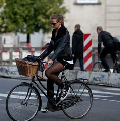 Welcome to the original Cycle Chic. Streetstyle, bicycle advocacy on high heels, style over speed. Cycle Chic, Bicycle Women, Bicycle Girl, Copenhagen Street Style, Urban Bike, Urban Cycling, Women's Cycling, Cycling Jerseys, Female Cyclist