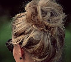 This gorgeous messy bun! I pinned this so that while I am doing my hair I could look at this picture and try my best to do it on MY hair:) Ombré Hair, Hair Dos, Her Hair, Braid Hair, Good Hair Day, Great Hair, Messy Hairstyles, Pretty Hairstyles, Everyday Hairstyles