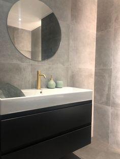 badkamer - ronde spiegel - betonlook -betonlooktegels - grijs - messing - hotbath - badmeubel - meubel Messing, Mirror, Bathroom, Showroom, Furniture, Stylish, Home Decor, Living Room, Washroom