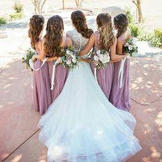 As noivas tem preferido que as madrinhas estejam com a mesma cor de vestido…