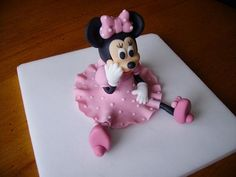 Afbeeldingsresultaat voor how to make minnie mouse figure out of fondant Bolo Mickey E Minnie, Minnie Cake, Mickey Mouse Cake, Pink Minnie, Cake Toppers, Cake Topper Tutorial, Fondant Tutorial, Fondant Figures, Gateau Theme Mickey