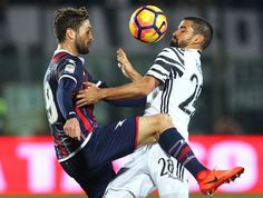 Juventus' Venzulan midfielder Tomas Rincon (R) fights for the ball with Crotone's Italian midfielder Andrea Barberis (L) during the Italian Serie A football match between FC Crotone and Juventus FC on February 8, 2017 at the Ezio Scida Stadium, in Crotone. / AFP / CARLO HERMANN