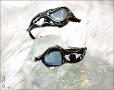 Náramek+-+blue+stone+Náramek+-blue+stoneje+vyroben+pomocí+cínu+s+příměsí+stříbra(+cín+neobsahuje+olovo)+a+drátku.+Na+náramek+jsem+požila+tromlovaný+akvamarín+a+drobné+ametysty.+Šperkje+patinován+a+následně+očištěn+antioxidačnímolejem.+Náramek+je+nastavitelný,snadno+se+přizpůsobí+každému+zápěstí.+Je+zabalen+do+dárkové+krabičky.