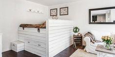 Sötét fa padló, fehér fa bútorok és megemelt ágy alatta tárolókkal - 41nm-es kis lakás