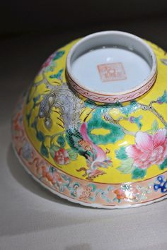 On the Trail of the Phoenix – Nyonya porcelain ware @ the Peranakan Museum – travellingfoodies Asian Inspired Decor, Asian Decor, Anthropologie Rug, Enamel Dishes, New Years Dinner, Beaded Shoes, Bohemian Kitchen, Chinese Patterns, Bohemian Tapestry