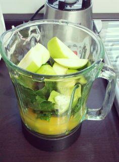 Green Smoothie - el jugo de dos naranjas - 1 manzana verde - 2 tazas de espinaca  Rinde dos vasos