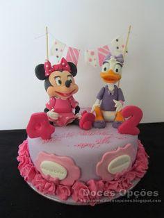 Doces Opções: Bolo de aniversários com a Minnie e a Margarida Birthday Cake, Disney, Desserts, Food, Daisies, Birthday Cakes, Decorating Cakes, Sweets, Tailgate Desserts