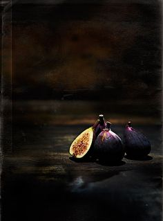 Dark purple Figs with a bright inside   fruit: fig . Frucht: Feige . fruit: figue   Food. Art + Style. Photography: Food on black by V.K. Rees  