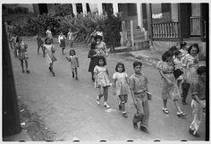 Niñas y niños camino de la escuela en Barranquitas / Jack Delano
