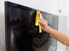 6 tips to clean your flat screen TV Tv Plasma, Grand Menage, Led, Clean House, Cleaning Hacks, Plastic Cutting Board, Ethnic Recipes, Tips, Flat Screen