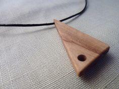 Pendentif triangulaire en bois d'olivier monté sur un cordon noir. Pendentif moderne et contemporain en bois.
