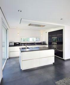Die Küche wirkt durch ihr schlichtes Design sehr modern.