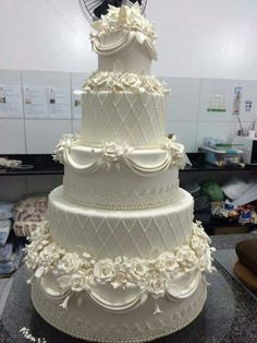 Kuchen putzen - Fondant Torten/ Wedding - Best Picture For traditional wedding cakes southern traditions For Your Taste You are looking for something, and it Fancy Wedding Cakes, Blush Wedding Cakes, Fondant Wedding Cakes, Beautiful Wedding Cakes, Wedding Cake Designs, Fancy Cakes, Beautiful Cakes, Cake Fondant, Cupcakes Decorados