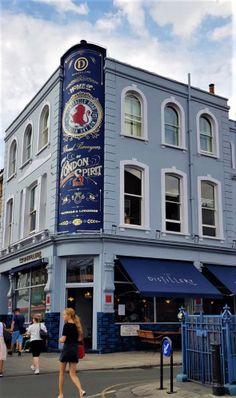 Things to do in London - Tipps und Tricks - Portobello Road GIn Things To Do In London, Portobello, San Francisco Ferry, Gin, Stuff To Do, Building, Travel, Tips And Tricks, Things To Do