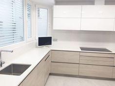 5.1cocina Blanca Y Madera Neutral Kitchen, Minimalist Kitchen, Modern Kitchen Design, Corner Desk, House Design, Furniture, Home Decor, Home Decor Ideas, Kitchens