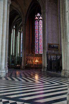 Vitral da Catedral de Nossa Senhora de Amiens, no departamento de Somme, regiao da Picardia, norte da  Franca.  Fotografia: Andrew Littlewood & Karl … no Flickr.