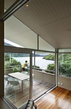 柱や梁などのスケルトン以外にガラスを多用した開放的なリビングとベランダ