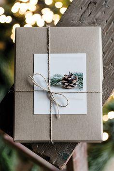 Hübsche weihnachtliche Geschenkverpackung mit Kraftpapier und Paketschnur