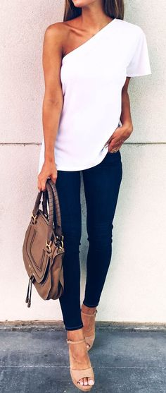 Chic spin on T-shirt & jeans look - great for a semi-casual date night! White top, off-shoulder, jeans Komplette Outfits, Spring Outfits, Casual Outfits, Casual Wear, Fashion Mode, Look Fashion, Womens Fashion, Street Fashion, Fashion Edgy
