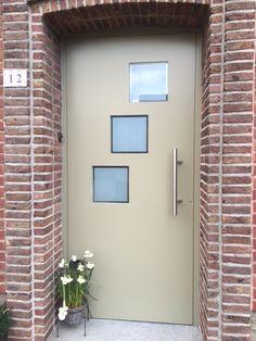 Aluminium voordeur met vleugeloverdekkend oplegpaneel. Alu: Reynaers CS 77-HI. Paneel: Anaf Troi. Beglazing: mat met een klare boord.