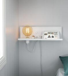 Multi vägglampa i metall från Markslöjd. Inbyggd dimmer/strömbrytare och USB-uttag för laddning av smartphones. 2m kabel. Stor (E27) lamphållare för max 60W glödljus eller motsvarande styrka i halogen, lågenergi eller LED. Ljuskälla ingår ej. Lampan kan placeras antingen till höger eller till vänster. #lampa #vägglampa #vit
