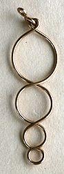 Configuración alternativa para el alambre de joyería en alambre círculos pendientes moldeados hechos usando suministros comunes de la joyería.