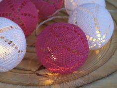 Pinkit valopallot on virkattu Cotton Crochet -langasta