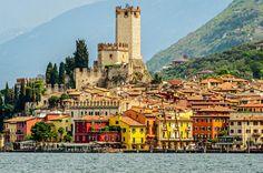 Bunte Häuser, blühende Blumen und eine Burg, die schon Goethe inspirierte. Das ist das Dorf Malcesine am Gardasee. Mehr bella Italia geht nicht!