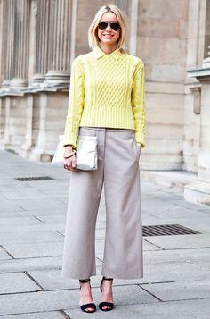 Street style look com suéter amarelo, calça cropped e sandália.