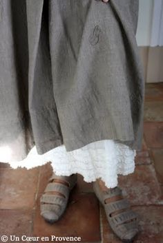 Jupon écru à petits volants Astuces, chaussures grises Trippen. EASY way to add length and body to a linen dress