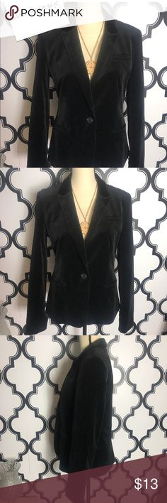 ❤️Firm Price❤️Banana Republic velvet like Blazer Gently used no flaws or signs of use. Fabric feels like velvet. 38 inch bust 26 inches long Banana Republic Jackets & Coats Blazers