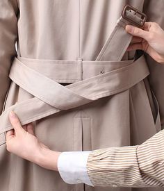 How to make a good looking knot Trench coat Office Fashion, Look Fashion, Spring Fashion, Winter Fashion, Fashion Outfits, Womens Fashion, Fashion Tips, Fashion Design, Fashion Project