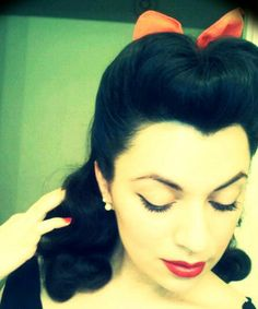 Rockabilly hair do :) - Long Lost Travels Estilo Pin Up, Estilo Retro, Retro Hairstyles, Wedding Hairstyles, Bumper Bangs, Pinup, Rockabilly Hair, Rockabilly Style, Pin Up Hair