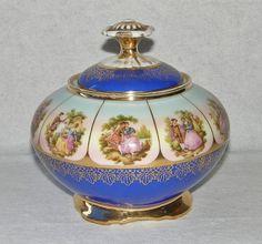 Belíssimo e antigo potiche em porcelana, origem europeia, ornado com cenas galantes e detalhes em o