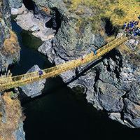 Puente Colgante de Q'eswachaka (Canas) Puente de 33 metros de largo y 1,2 metros de ancho desde donde se aprecia el cañón del Río Apurímac en todo su esplendor. Es tejido durante tres días, cada segundo domingo de junio, por cerca de 1000 comuneros que utilizan paja trenzada de ichu y chachacomo. El puente se culmina al cuarto día, dando paso a los cantos y bailes. (1 hora 30 minutos en auto), de Combapata, desde donde se deben recorrer 31 Km hasta el puente colgante (45 minutos en auto).