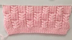 This mesh stitch knitting pattern is both lacy and beautiful! There are unlimited knitting projects that you can make with this mesh stitch. Cordon Crochet, Crochet Cord, Crochet Baby, Headband Crochet, Crochet Hearts, Granny Pattern, Crochet Simple, Knit Baby Booties, Crochet Flower Patterns