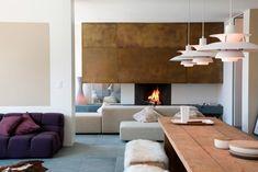 Modernes Wohnzimmer mit schlichter Optik und aus Naturmaterialien