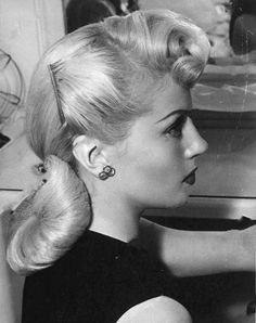 Few Hollywood Stars ever had as perfect hair as Lana Turner For more Lana pics and info visit my website Lana Turner, Pin Up Hair, My Hair, Pelo Retro, Pelo Vintage, 1940s Hairstyles, Simple Hairstyles, Wedding Hairstyles, Baddie Hairstyles