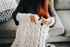 How to make a chunky knit blanket - DIY guide for beginners. Knit your first super chunky blanket from merino wool with Wool Art. yarn blanket diy merino wool How to make a chunky knit blanket – DIY guide for beginners Big Yarn Blanket, Hand Knit Blanket, Chunky Blanket, Knitted Blankets, Blanket Scarf, Pink Blanket, Large Knit Blanket, Diy Blankets, Blanket Crochet