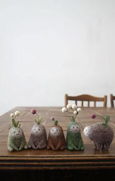 Miniature Creatures Made of Felted Wool by Nastasya Shuljak – E) Fabric/Felt Art – Home crafts Needle Felted Animals, Felt Animals, Small Animals, Felted Wool Crafts, Felt Crafts, Fuzzy Felt, Wool Felt, Primitive Christmas, Wet Felting