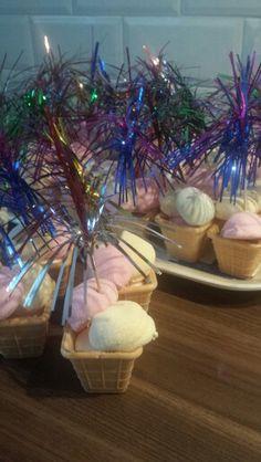 Traktatie dochter #ijsje gemaakt van #ijsbakje #spekjes en #feeststokje en feestje ook in de winter