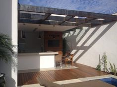 Nos fundos de uma casa no bairro Cidade Jardim, em Campo Grande, o aço corten substituiu a madeira no pergolado dando um ar envelhecido ao ambiente. (Foto: Charis Guernieri)