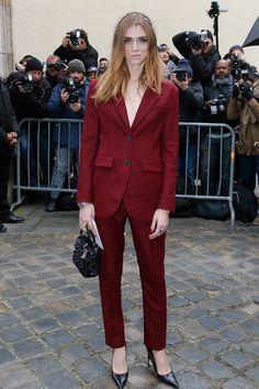 Chiara Ferragni con  traje de color burdeos de Dior, y velo de red con apliques de lentejuelas.