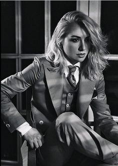 Sitting on a chair Androgynous Fashion, Tomboy Fashion, Suit Fashion, Fashion Beauty, Fashion Outfits, Women Ties, Suits For Women, Classy Outfits, Cute Outfits