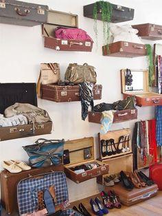 display Villa Lumituisku: Vintage boutique Villa Lumituisku: Weinlesegeschäft - New Deko Sites Boutique Decor, Vintage Boutique, Boutique Ideas, Boutique Displays, Boutique Names, Build Your Own Bar, Diy Home Decor, Room Decor, Vintage Suitcases