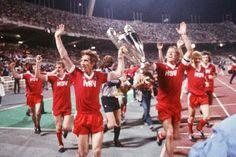 Netzer, Keegan, Magath – was war der HSV mal groß !! Champions-League-Gewinner, sechs mal Meister, rosa Trikots, der junge Labbadia – der Hamburger SV hat in seiner Geschichte bewiesen, dass er eine coole Nummer sein kann. Wie kommt er da wieder hin? ... nur der HSV !! carsten
