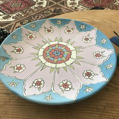 Çini tabak Ceramic Bird Bath, Ceramic Bowls, Ceramic Pottery, Pottery Painting Designs, Paint Designs, Islamic Art Pattern, Pattern Art, Ceramic Painting, Ceramic Art