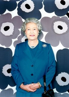 Queen Elizabeth II by Polly Borland - Valokuvaaja Polly Borlandin muotokuva kuningatar Elisabetista Marimekon Unikko-kangas taustana Commonwealth, Marimekko, Isabel Ii, Her Majesty The Queen, Queen Of England, Queen Mother, Save The Queen, Royal House, British Monarchy